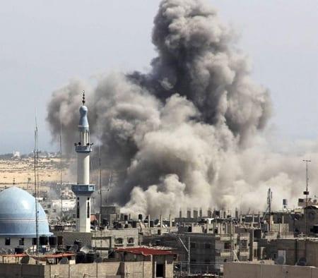 Israelisk raket slår ner i Gaza den 9 juli i år. Foto: Flickr/Il Fatto Quotidiano/CC BY-NC-SA 2.0