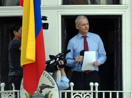 Julian Assange vid Ecuadors ambassad. Foto: Flickr/snapperjack/CC BY-SA 2.0