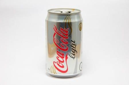 Coca Cola Light innehåller de bl.a. skadliga tillsatserna  aspartam och acesulfam K. Foto: Kai Chen/CC BY-NC-ND 2.0