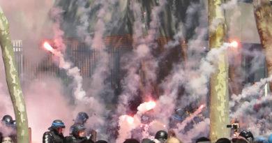 Tårgas mot våldsamma demonstranter i Frankrike