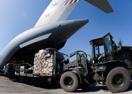 Lastning av det militära transportflygplanet Boeing C-17. Foto: Marco Nilsson/Försvarsmakten