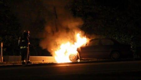 Vårdanställda fick sina bilar uppbrända