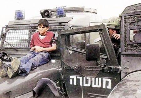 Israeliska soldater binder fast ett palestinskt barn och använder det som sköld. Foto: Flickr/@N08/CC BY-NC-ND 2.0
