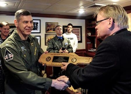 Försvarsminister Peter Hultqvist besöker Nato-medlemmen tillika allierade USA:s kryssare USS Theodore Roosevelt. Foto: U.S Naval Forces/CC BY-ND 2.0