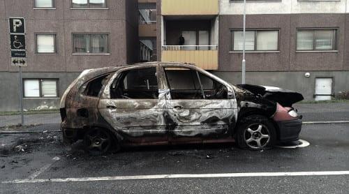Sjuktransportbilar uppbrända i Salem – flera bilar brann i Fittja