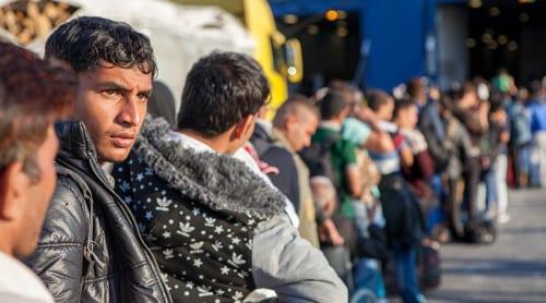 Tiotusentals migranter forcerar Europas gräns
