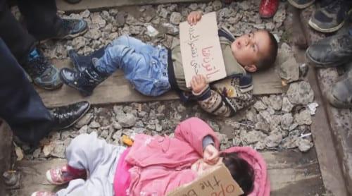 Migrantbarn placerade på tågspår