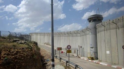 Israeliskt murbygge skär av palestinier från odlingar