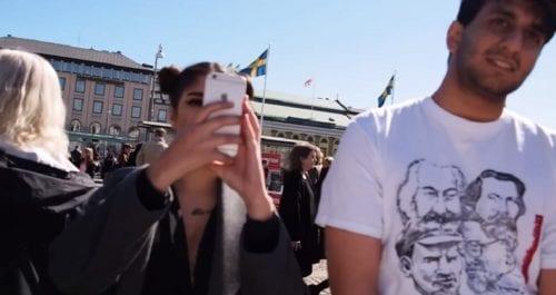 """""""Hellre död än röd""""-skylt upprörde vänsterdemonstranter på 1 maj"""