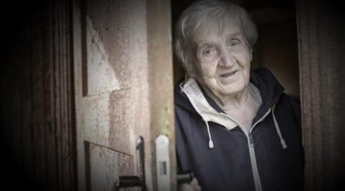 Par i 80-årsåldern rånade i sitt hem