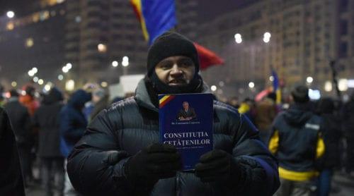 Hundratusentals demonstrerar mot korruption i Rumänien