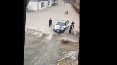 Här angriper den vuxna asylsökaren tre kvinnliga poliser