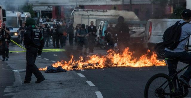 Minst 76 poliser skadade i G20-protester