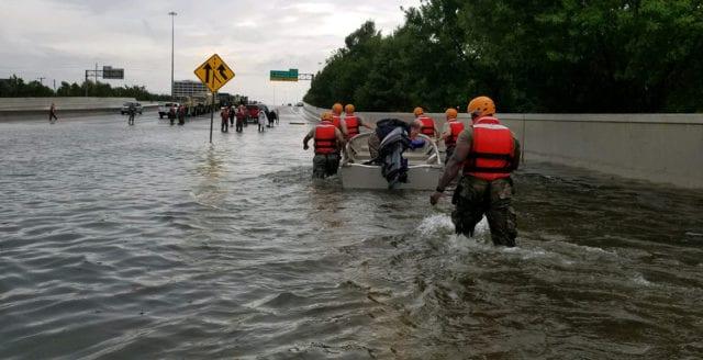 Damm har översvämmats i Houston – boende uppmanas att fly