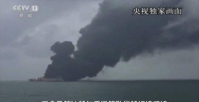 Brinnande oljetanker riskerar att explodera – kan orsaka miljökatastrof