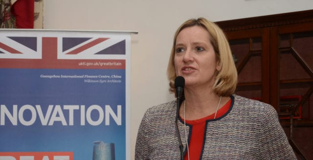 Storbritanniens inrikesminister avgår efter kritik