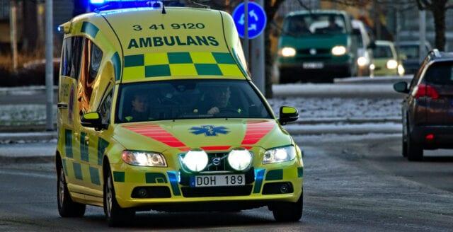 Räddningstjänst fick hjälpa hotad ambulansbesättning
