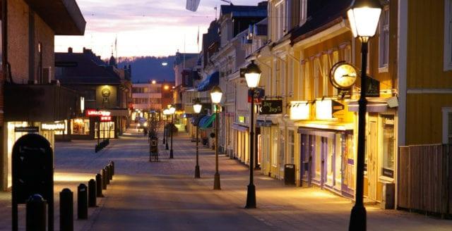 Man slagen och knivhotad av fem maskerade ungdomar i Falköping