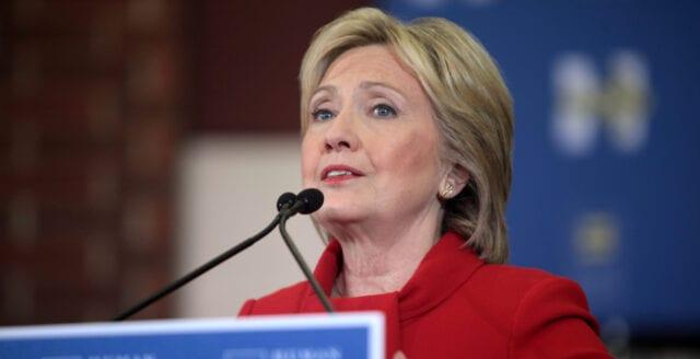 Hillary Clinton står fast vid Rysslandskonspiration
