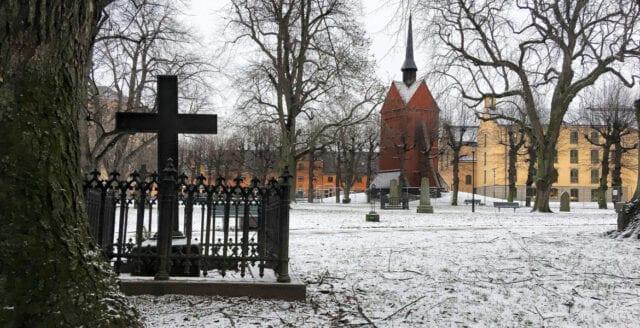 Våldtäktsförsök vid kyrkogård i Stockholm