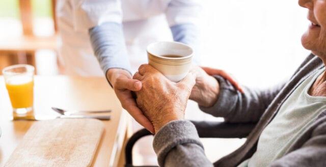 Ystad måste spara – drar in på varm mat till de äldre