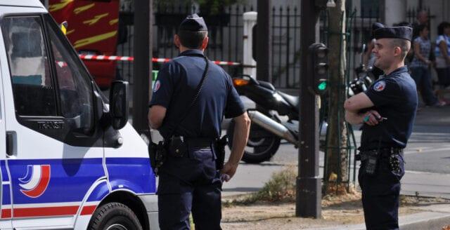 Minst fyra poliser mördade i Paris