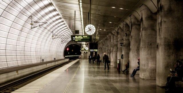 Lund: Kvinna knuffad framför tåg