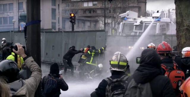 Frankrike: Poliser i ny våldsam drabbning med demonstrerande brandmän