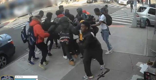 New York: Pöbel misshandlar 15-årig flicka i uppmärksammat filmklipp
