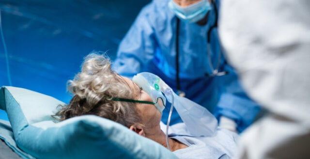Uppgifter: Spanska patienter kopplas ur respiratorer och sövs ner i väntan på döden