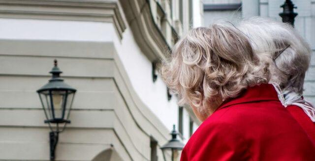 Folkhälsomyndigheten: Äldre bör sluta handla och åka buss