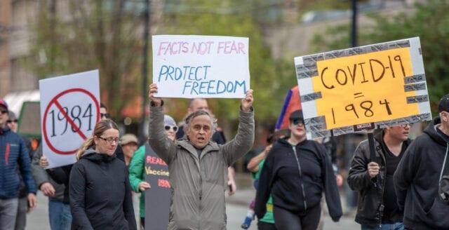 Omfattande protester mot nedstängningar världen över
