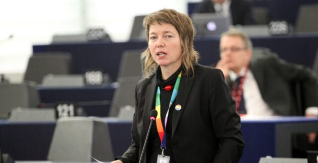 """Vänsterpartist vill att EU straffar Ungern –  erkänner """"enbart"""" de naturliga könen"""