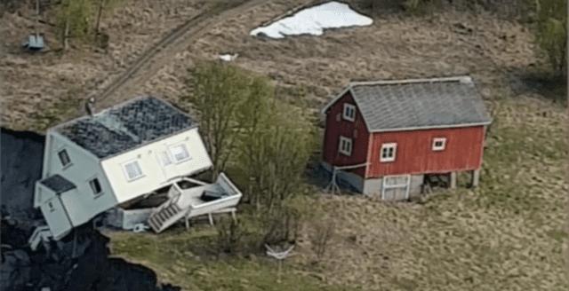 Här tar jordskredet i Norge med sig åtta hus ned i havet