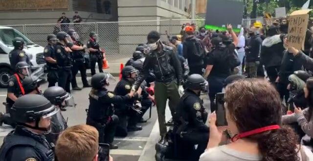 Bisarra trenden: Poliser knäböjer i ursäkt för vita amerikaners rasism
