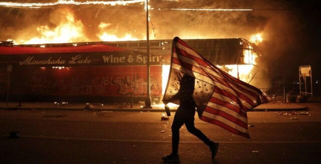 Mediaetablissemanget eldar på raskravallerna i USA