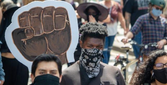 BLM-aktivister: Ge oss era hus och pengar