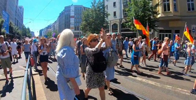 Restriktionerna ifrågasätts i Tyskland – stora folkmassor i protest på Berlins gator