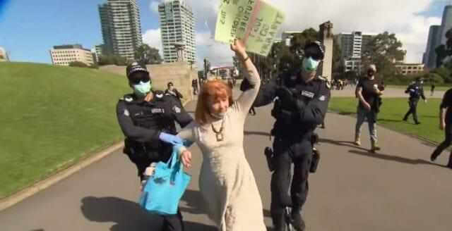Australien: Polis slår våldsamt mot dem som bryter coronarepressionen