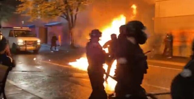 Raskravaller eskalerar i Portland – polis attackeras med brandbomber och vapen