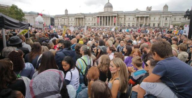Massiva protester i Storbritannien mot coronarepressionen