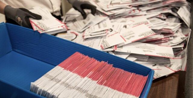 Insideruppgifter om valfusk i USA: Postanställda uppmanades bakdatera ogiltiga röster
