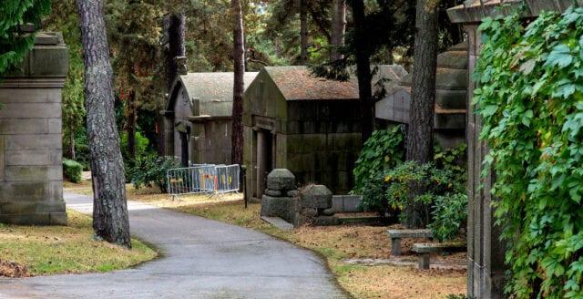 Hårda straff för kyrkogårdstortyren