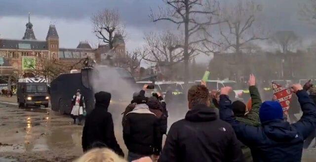Tusentals holländare protesterade mot coronarepressionen