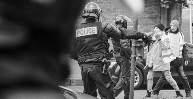 Vild polisfest och förbud att filma polisbrutalitet skapar upprorsstämning i Frankrike