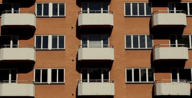 Kastade sin fru från balkongen – får sitta av straffet i Turkiet
