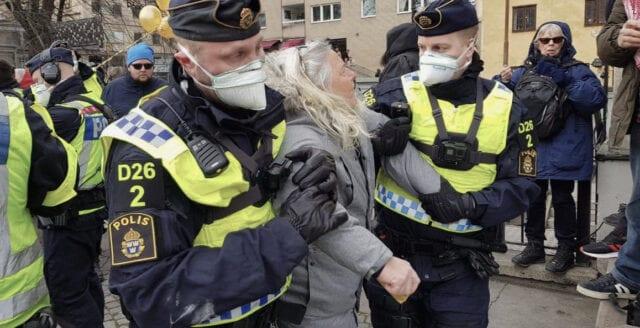 Här försöker polisen kväsa protesterna mot coronarepressionen