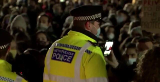 Londonpolisen handfängslade deltagare – i minnesceremoni för mördad kvinna