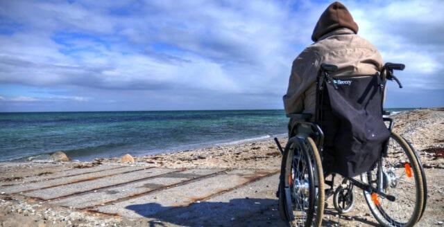 Kvinna försökte dränka rullstolsbunden man