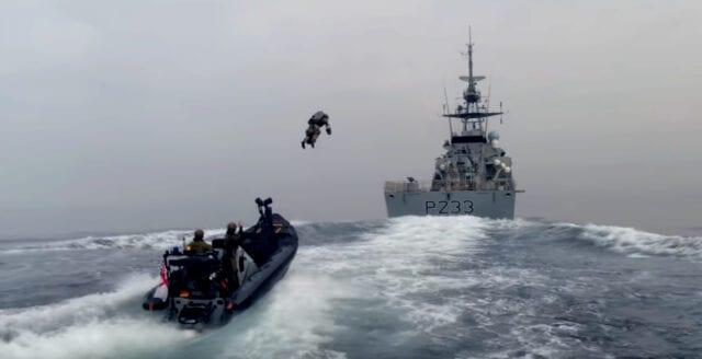 Här bordar soldaten fartyget flygandes med jet-teknik
